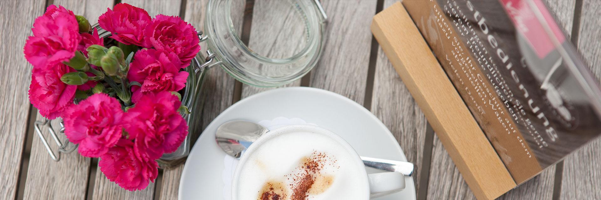 Unser Confiserie Café erfurt besitzt Außen einige Kaffeetische.