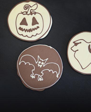 Grußelige Schokotaler erstellen im Confiserie-Workshop zu Halloween