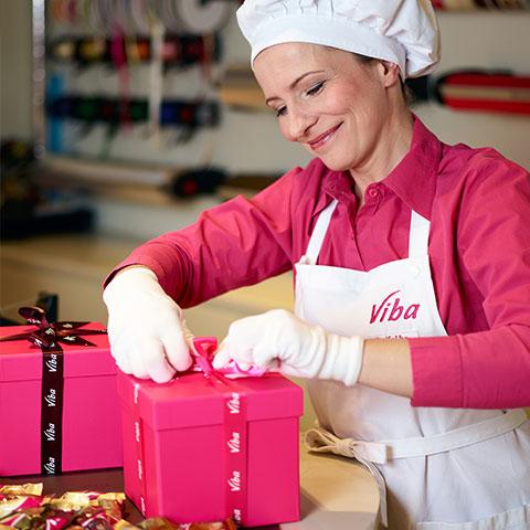 In unserem Confiserie-Cafe werden Geschenke per Hand verpackt.